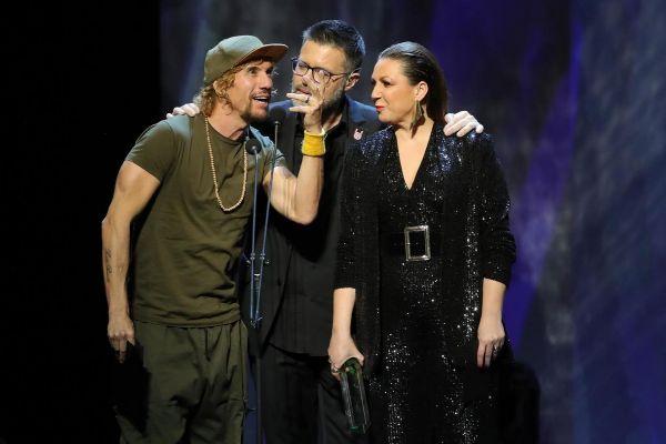 Macaco (izquierda) y Niña Pastori (derecha) padecieron problemas de sonido durante la gala de los Premios Odeón