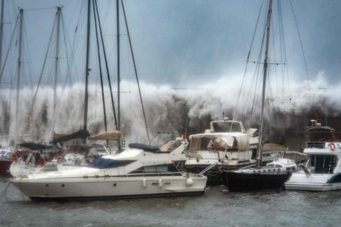 El temporal arrasa playas en el Mediterráneo y obliga a movilizar a la UME para despejar la nieve de las carreteras