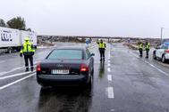 Agentes de la Guardia Civil prohiben el paso a los camiones de gran tonelaje en Murcia