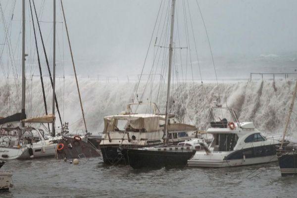 La embarcación que se ha hundido en el Puerto Olímpico de Barcelona
