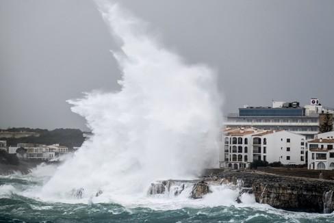 El temporal arrasa playas en el Mediterráneo y moviliza a la UME para reabrir carreteras