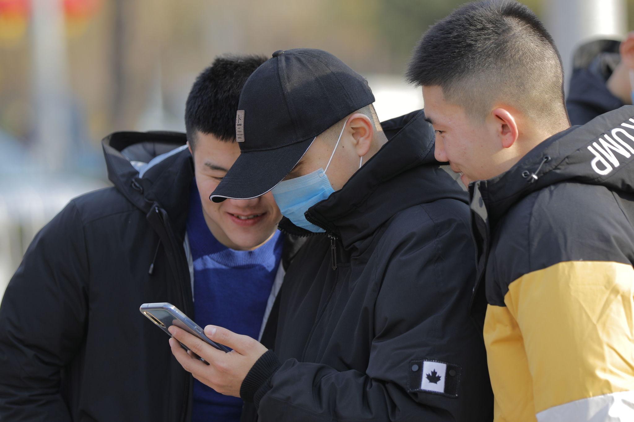 Varios chicos se cubren las bocas con mascarillas en China