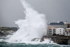 Las olas gigantes rompen en Portocolom, en Mallorca