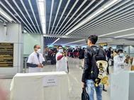 Trabajadores de un aeropuerto chino controlan la temperatura de los viajeros.