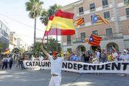 Imagen de las manifestaciones antagónicas en Castelldefels en 2015