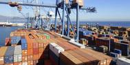 Trabajos de carga de contenedores en el puerto de Castellón.