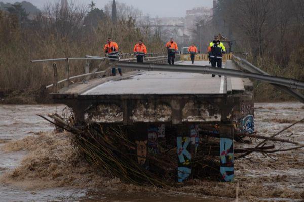 Uno de los puentes rotos en Malgrat de Mar por la crecida del río Tordera | Josep Lago AFP