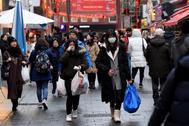 Transeúntes con mascarillas en el Barrio Chino de Londres.