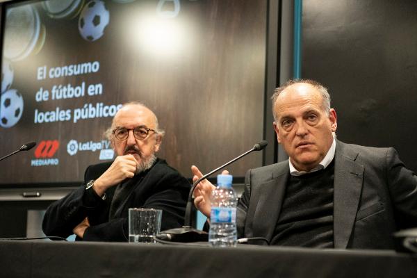 El socio gestor de Mediapro, Jaume Roures (izda.), y el presidente de LaLiga, Javier Tebas.
