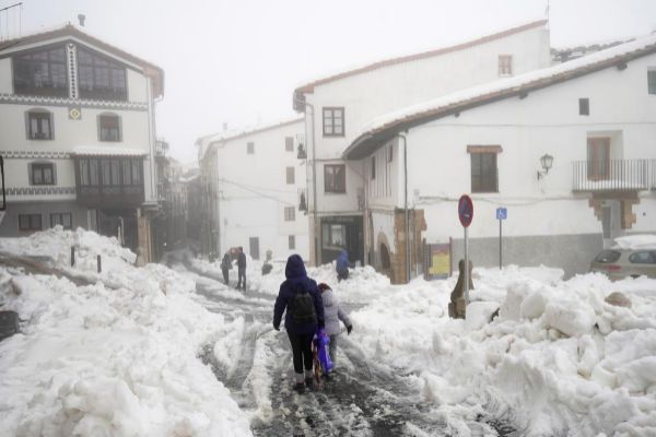Las calles cubiertas de nieve en Morella | Juan Medina REUTERS