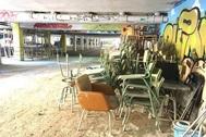 Muebles y enseres fuera de las aulas tras las lluvias de septiembre