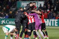 Los jugadores del Athletic celebran la clasificación mientras Tekio lamenta su fallo.
