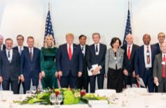 Trump ni se saludó con Sánchez en 16 horas en Davos, pero cenó con Ana Botín