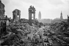 Rieles de desescombro, en el centro de Dresde, en febrero de 1945.