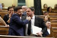 Rufián y Junqueras se saludan en la sesión constitutiva de la XIII Legislatura en el Congreso de los Diputados.