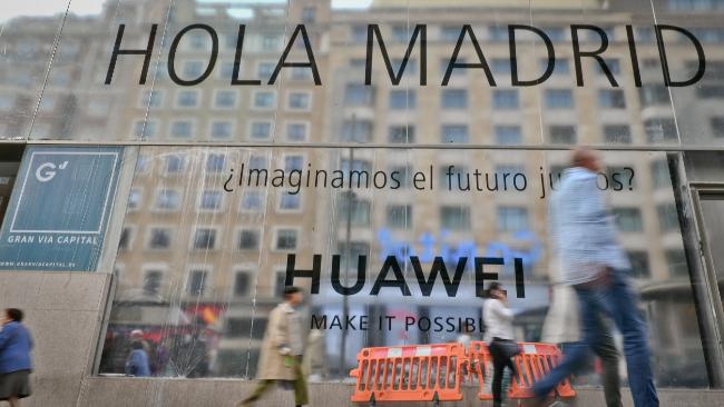 fachada en obras de la tienda de Huawei en la Gran Vía de Madrid