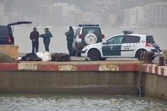 Agentes de la Guardia Civil en el puerto de Palamós (Girona), afectado por la borrasca Gloria.