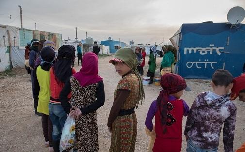 Un grupo de niños son reclutados por el 'shawish' a las cinco y media de la mañana en un asentamiento informal