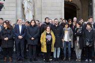 GRAFCAT159 BARCELONA 23/1/2020.- Los trabajadores del Ayuntamiento de Barcelona, presididos por su alcaldesa, Ada <HIT>Colau</HIT> (3i), guardaron este mediodía un <HIT>minuto</HIT> de silencio por la muerte ayer del periodista del Ayuntamiento David Caminada, el cual fue atacado y apuñalado el pasado lunes cuando salía de su trabajo por un hombre al que se le atribuyen otras dos muertes el mismo día.