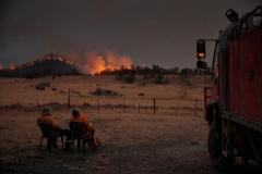 Unos bomberos descansan durante la lucha contra los incendios en Australia