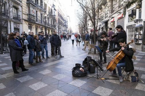 Músicos callejeros tocan en la calle Arenal JAVI MARTÍNEZ