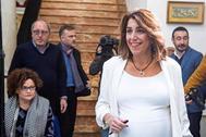 La secretaria general del PSOE andaluz, Susana Díaz, en la sede del partido junto a otros dirigentes.