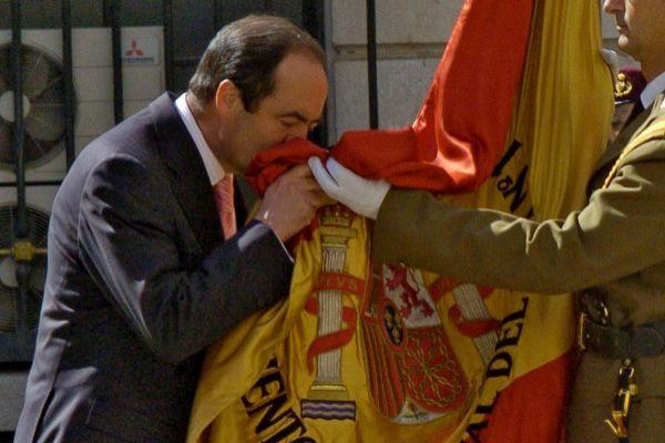 José Bono, besando la bandera, el día de su despedida como ministro.