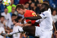 Dani Olmo cabecea un balón, durante un partido con España.