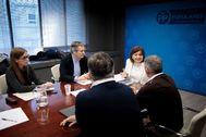 La presidenta del PP valenciano, IsabelBonig, reunida ayer con representantes de su partidos en las Cortes, el Congreso y el Senado.