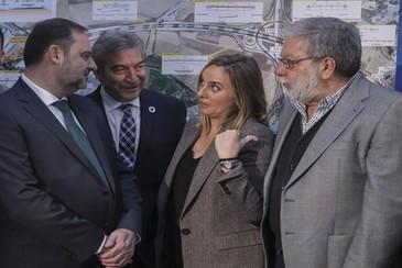 La consejera de Fomento, Marifrán Carazo, conversa con el ministro José Luis Ábalos ante Francisco Toscano y Lucrecio Fernández.