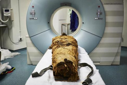 La momia de Nesyamun, poco antes de la tomografía computerizada.