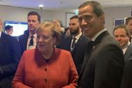 Angela Merkel (izquierda) con Juan Guaidó, ayer, en Davos.