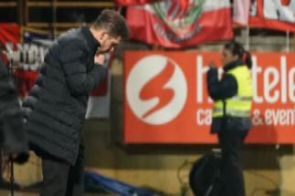 Diego Pablo Simeone (izda) se lamenta durante el partido.
