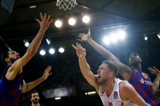 GRAF7144. BARCELONA.- El jugador del Estrella Roja Vladimir Stanic (c) pelea un balón con Nikola <HIT>Mirotic</HIT> (i) y Brandon Davies, ambos del FC Barcelona, durante el partido de la fase regular de La Euroliga de baloncesto que disputan esta noche en el Palau Blaugrana.
