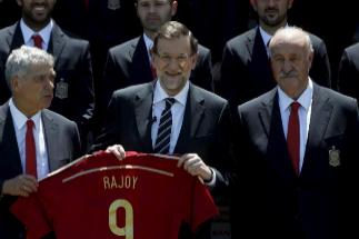 Mariano Rajoy, en 2014, con una camiseta que le regaló la Selección Española.