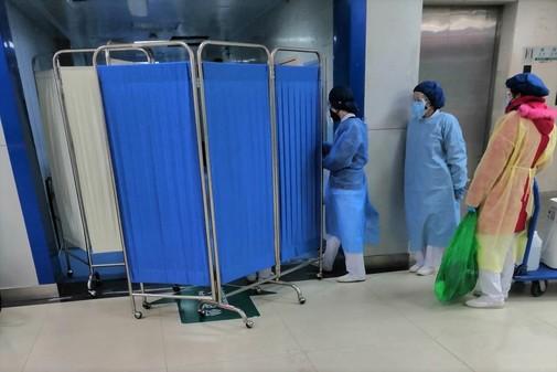 Ciudadanos de Wuhan hacen cola en el Tongji Hospital para someterse a...