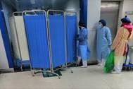 Ciudadanos de Wuhan hacen cola en el Tongji Hospital para someterse a una revisión