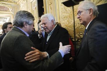 Felipe González saluda al padre del líder opositor venezolano Leopoldo López, en Madrid en una imagen de hace dos años.