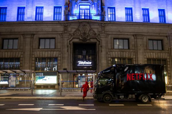 Un camión de Netflix y actores vestidos como los de la serie 'La casa...