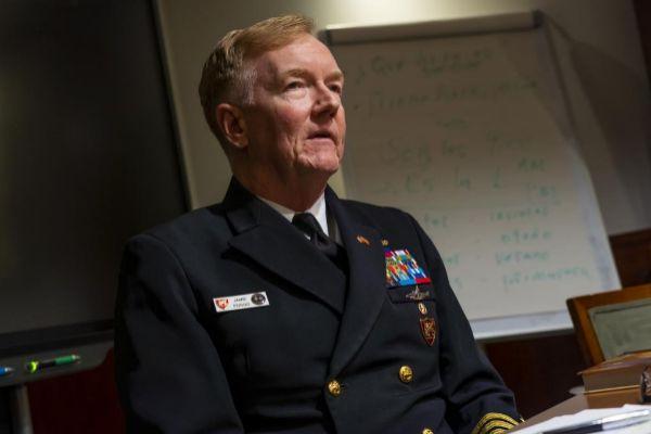 El almirante James Foggo, jefe de la fuerza naval de EEUU en Europa y...