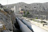 Los tubos del trasvase a su paso por Orihuela.