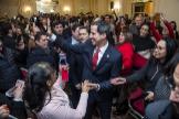 Juan Guaidó saluda a simpatizantes venezolanos a su llegada a la Casa de América Latina en París.