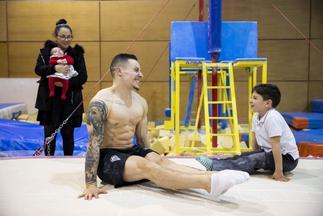 El gimnasta Néstor Abad: cómo ser padre dos veces colgado de unas anillas