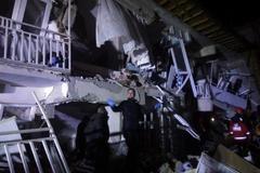 Un hombre busca víctimas en un edificio derrumbado en Elazig.