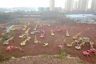 Excavadoras trabajando en el primer hospital, que estará operativo el 3 de febrero.