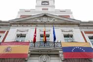 Las banderas de España y Venezuela, en la sede del Gobierno de la Comunidad, en la Puerta del Sol.   @ComunidadMadrid