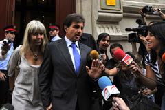 Lluís Corominas y Alba Tous, saliendo de la Audiencia Provincial de Barcelona.