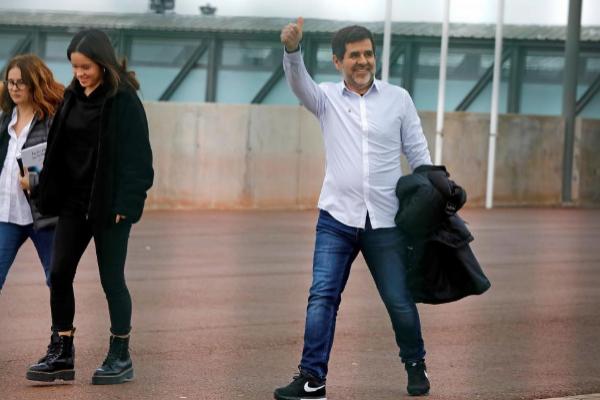Jordi Sànchez, ayer, a su salida de la cárcel de Lledoners junto a...