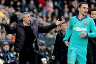GRAF8117. VALENCIA.- El entrenador <HIT>Quique</HIT> <HIT>Setién</HIT> (i) del Barcelona protesta durante el partido ante el Valencia, correspondiente a la vigésimo primera jornada de LaLiga Santander que se disputa este sábado en el estadio de Mestalla.