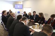 A la izquierda de la imagen y reclinado sobre el respaldo del asiento, Franck Petitgas, de Morgan Stanley, escucha a Pedro Sánchez durante un encuentro del presidente del Gobierno con banqueros internacionales.